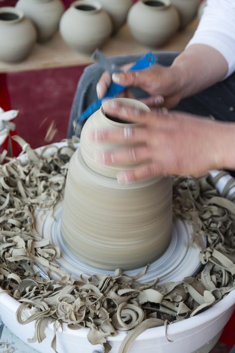 물레로 도자기를 만드는 도예가의 손놀림