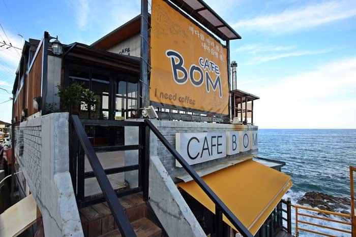 커피 한 잔 들고 바닷가를 걷다