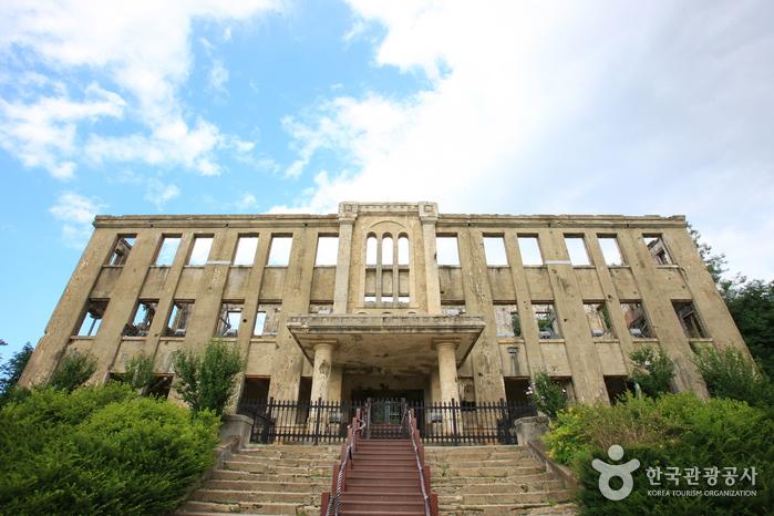 鉄原労働党舎(철원 노동당사)