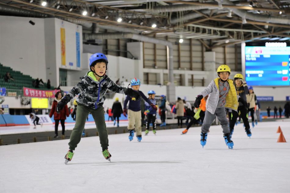 중앙 보조링크에서 스케이팅을 즐기는 어린이들