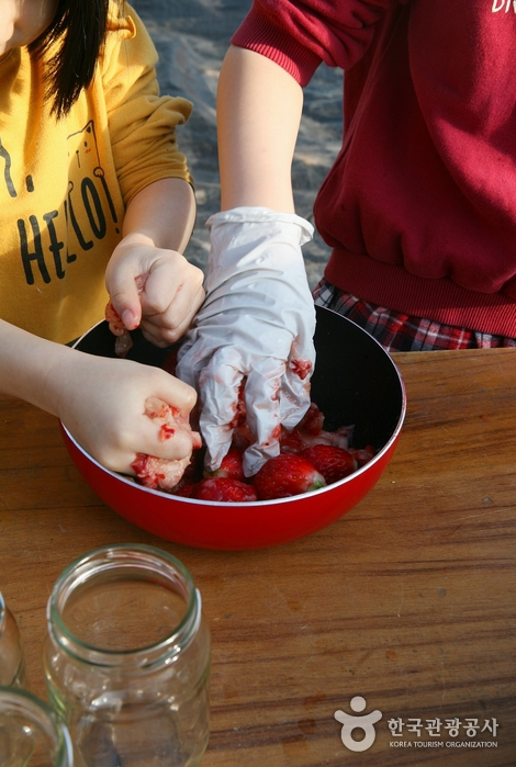 딸기쨈 만들기 ① 딸기를 으깬다.