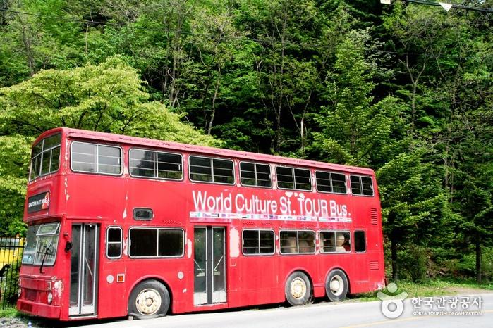 빨간색 2층 버스를 활용한 키즈카페