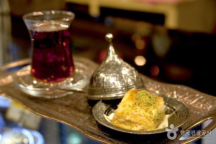 단맛이 강한 바클라바에는 쌉싸름한 홍차나 커피가 제격이다.