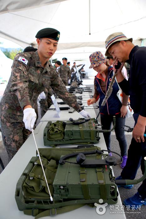 총과 무전기 등 다양한 무기들이 전시되어 있는 군문화체험존