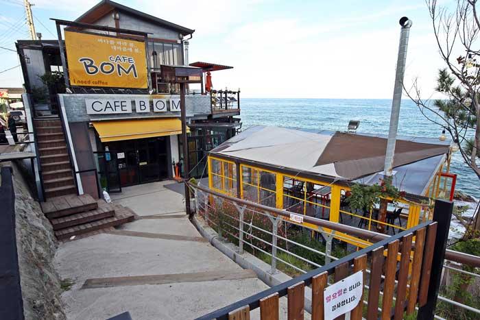 바다를 향해 활짝 열린, 카페 봄  2