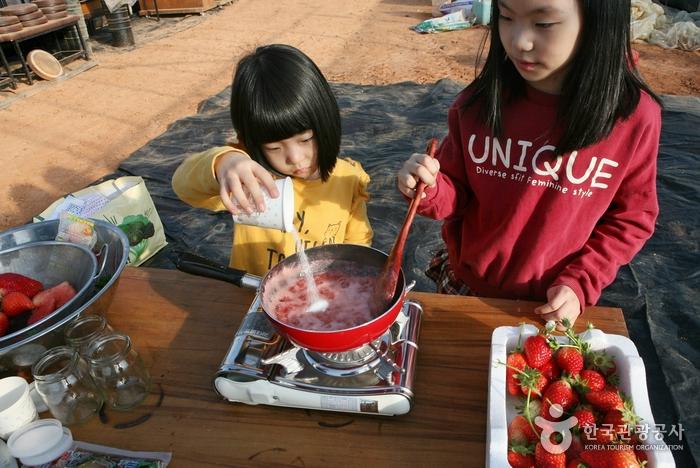 ② 으깬 딸기에 설탕을 듬뿍 넣는다.