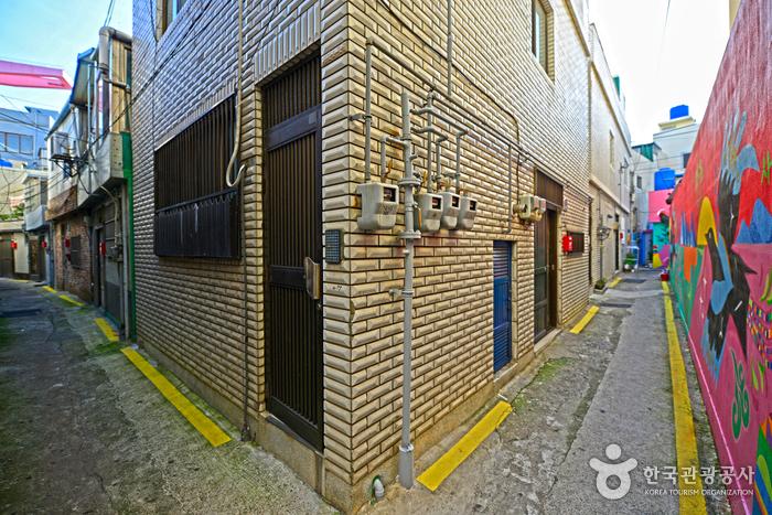 좁은 골목길 따라 예쁜 벽화들을 만날 수 있다.