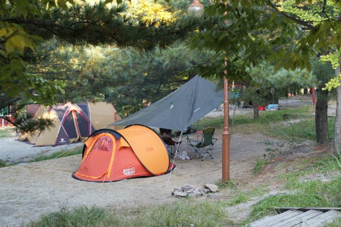 큰 텐트와 천막이 설치되어 있는 캠핑장  전경
