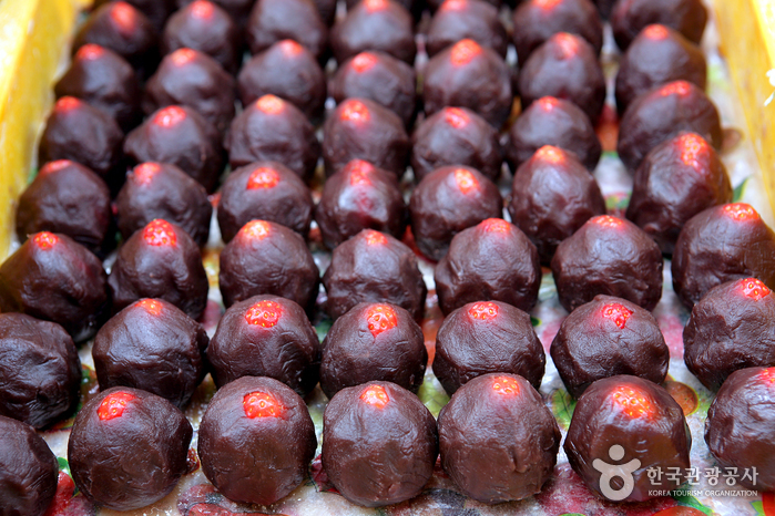 딸기를 달콤한 팥소로 감싼 뒤 찹쌀떡으로 모양을 만든다.