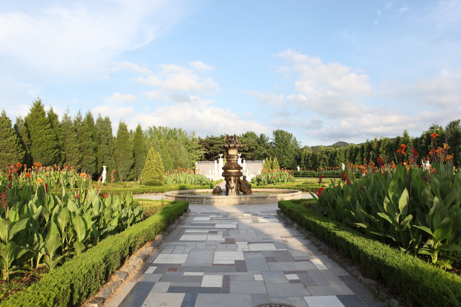 벽초지문화수목원의 유럽식 조각공원과 중앙 분수대