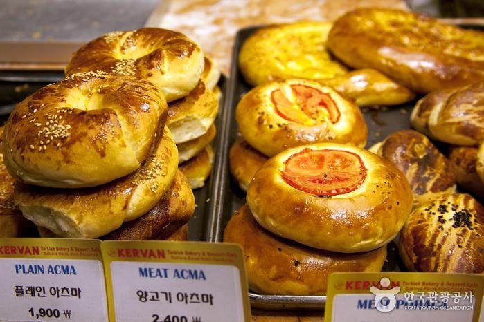 터키 사람들이 식사로 먹는 터키식 빵 종류도 다양하다.