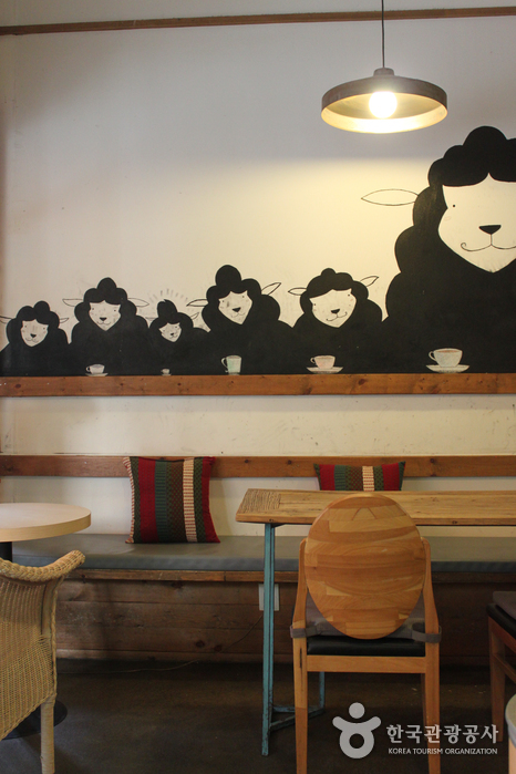 Bojeong-dong Café Street (보정동카페거리)