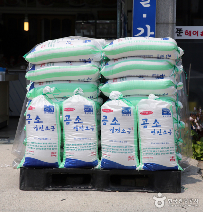 곰소 천일염은 조선시대부터 임금에게 진상품으로 올릴 만큼 값진 식재료였다
