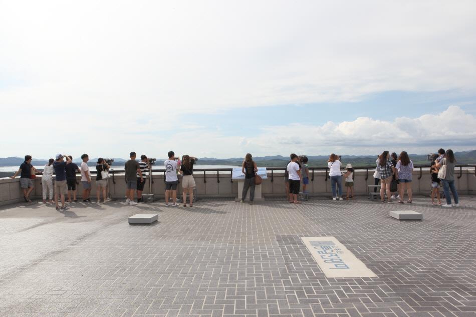 오두산통일전망대 옥상에서 고성능 망원경으로 북녘을 볼 수 있다.