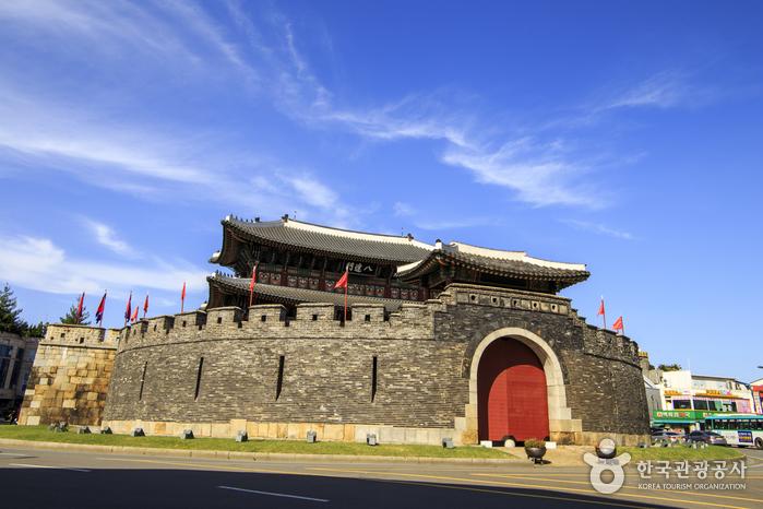 성문 둘레에 옹벽이 세워진 수원화성 팔달문