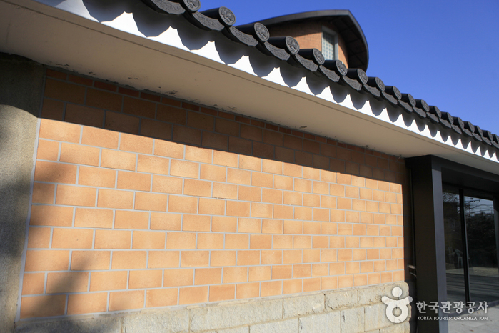 아산 흙으로 구운 구성아트센터의 벽돌