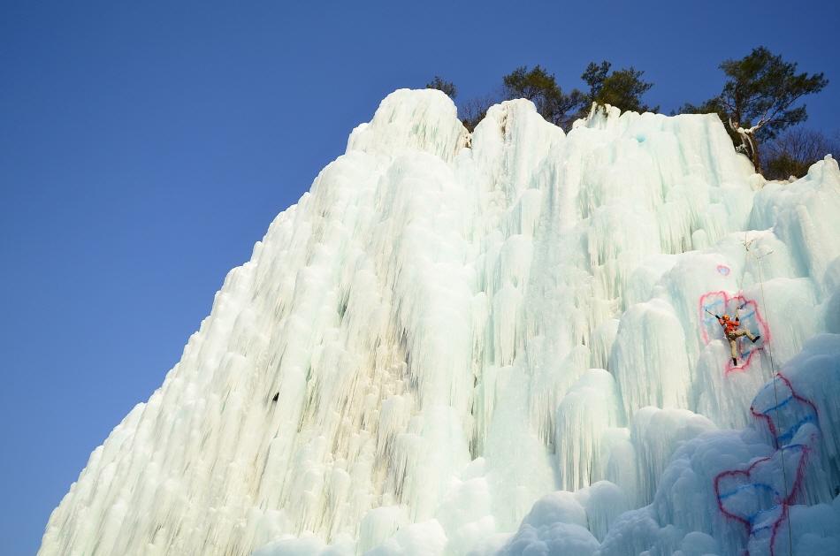 한겨울이면 청송 얼음골 인공 폭포와 주변 기암절벽에 빙벽장이 만들어진다