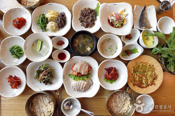 다양한 반찬이 골고루 맛있는 보리밥정식