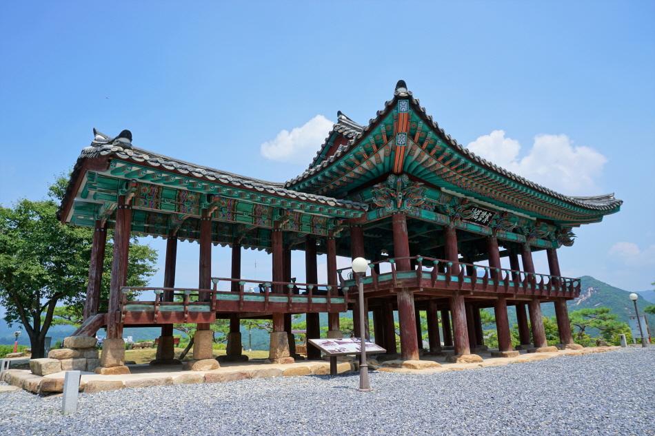 청풍문화재단지에 있는 제천 청풍 한벽루는 고려 시대 관아 건물이다.
