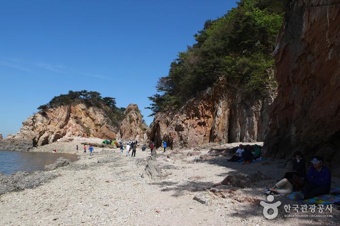 노적봉 주변으로 삼삼오오 자리를 잡은 관광객들