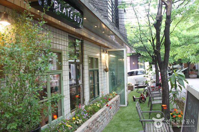 Улочка с кафе в районе Почжондон (보정동카페거리)