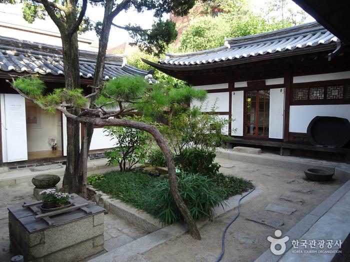 Choi Sunu House (최순우 옛집)