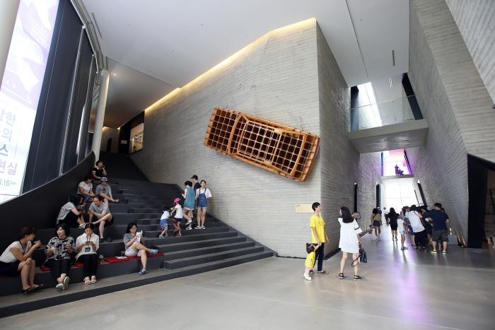 내부 구조가 독특한 수원시립아이파크미술관