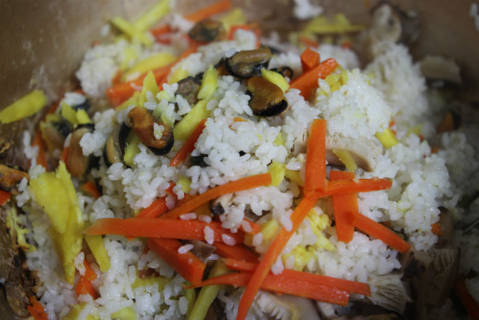 더치오븐으로 만든 맛있는 홍합밥. 야채와 홍합이 밥과 어우러져 맛이 좋고, 솔 향기 그윽한 자연 안에서 느긋하게 즐길 수 있어 더욱 풍미가 있을 것이다.
