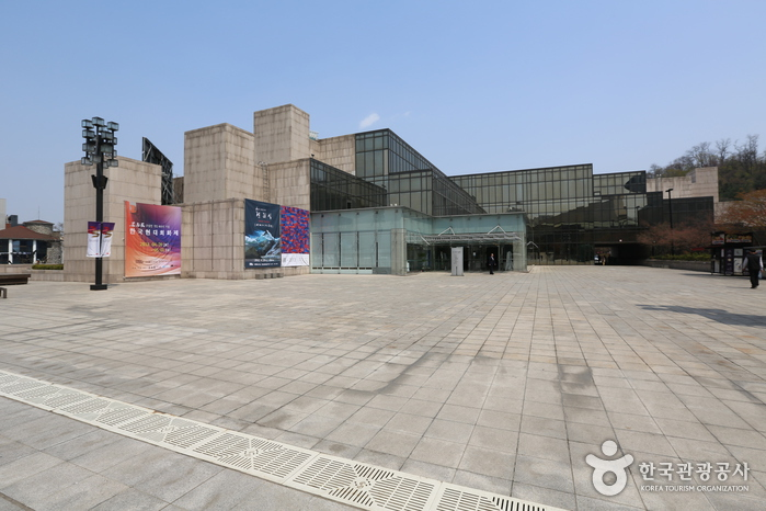 Hangaram Art Museum in Seoul Arts Center (예술의전당 한가람미술관)