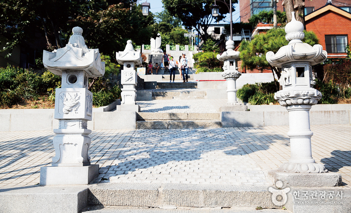 소설 '중국인 거리'에 등장하는 청일조계지 경계 계단. 계단 양쪽의 석등 모양이 다르다