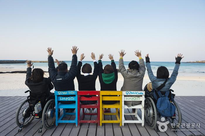 알록달록한 의자와 푸른 바다가 아름다운 월정리 해변