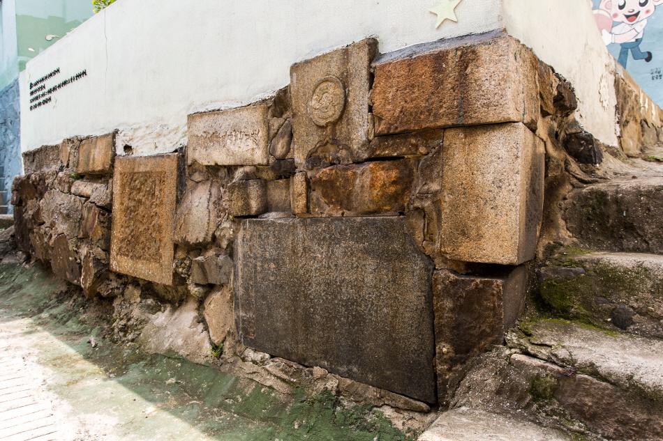 묘지 위에 집을 짓고, 묘비를 주춧돌로 활용한 아미동 비석문화마을