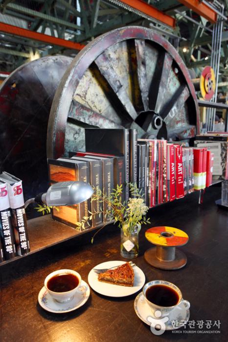 카페 테라로사의 예가체프 드립 커피와 피칸파이