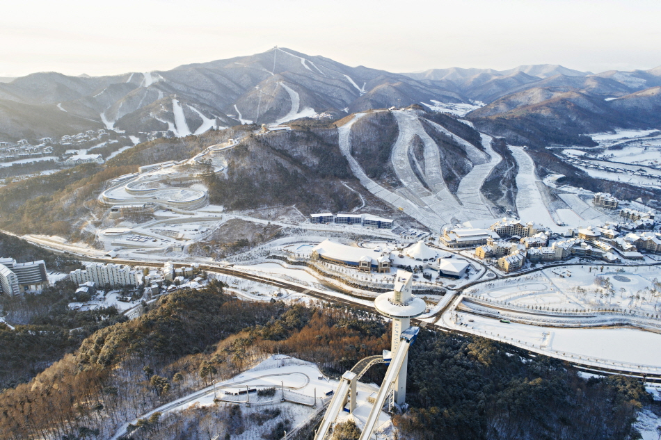 알펜시아, 스키점프 센터, 올림픽 슬라이딩 센터가 한눈에 보인다.