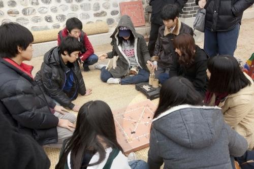 Seollal-Festmahl der fünf Edelmänner im Hanok-Dorf Namsangol (남산골한옥마을 세시맞이 오(五)대감 설날 잔치)