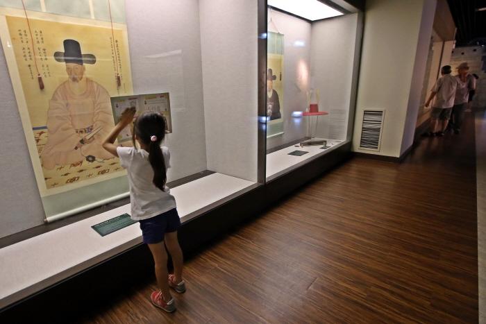 수원화성박물관에서 체험활동지를 작성하고 있는 초등학생
