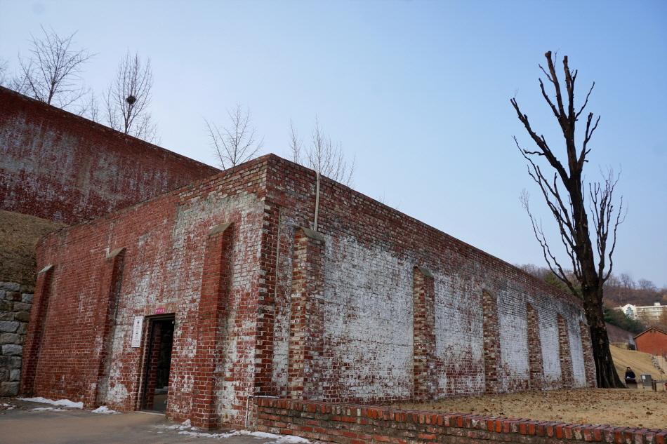 옥사 밖에 자리한 사형장과 통곡의 미루나무