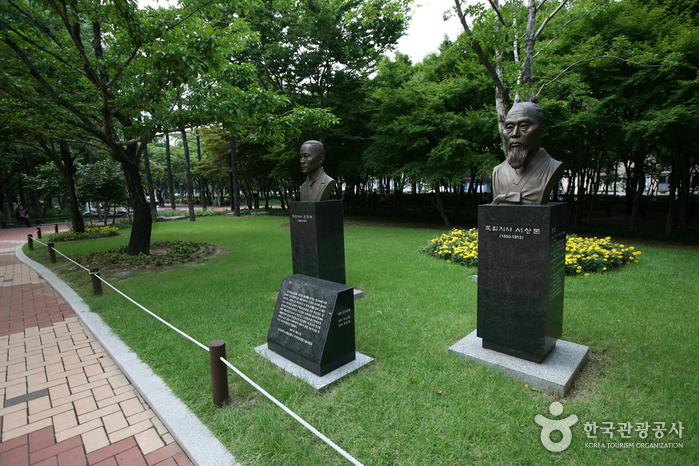 Мемориальный парк движения за погашение государственного долга (국채보상운동기념공원) (старое название Парк единомышленников)26