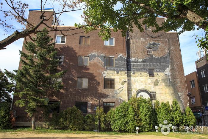 건물 벽에 그려진 수원화성 벽화