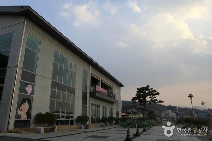 1층 전시장, 2층 석양카페로 이뤄진 전시관 외관
