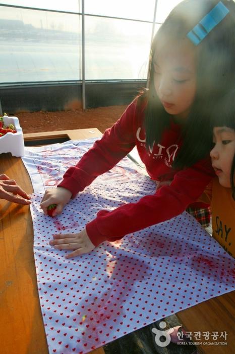 손수건 위에 딸기로 글씨도 써본다.