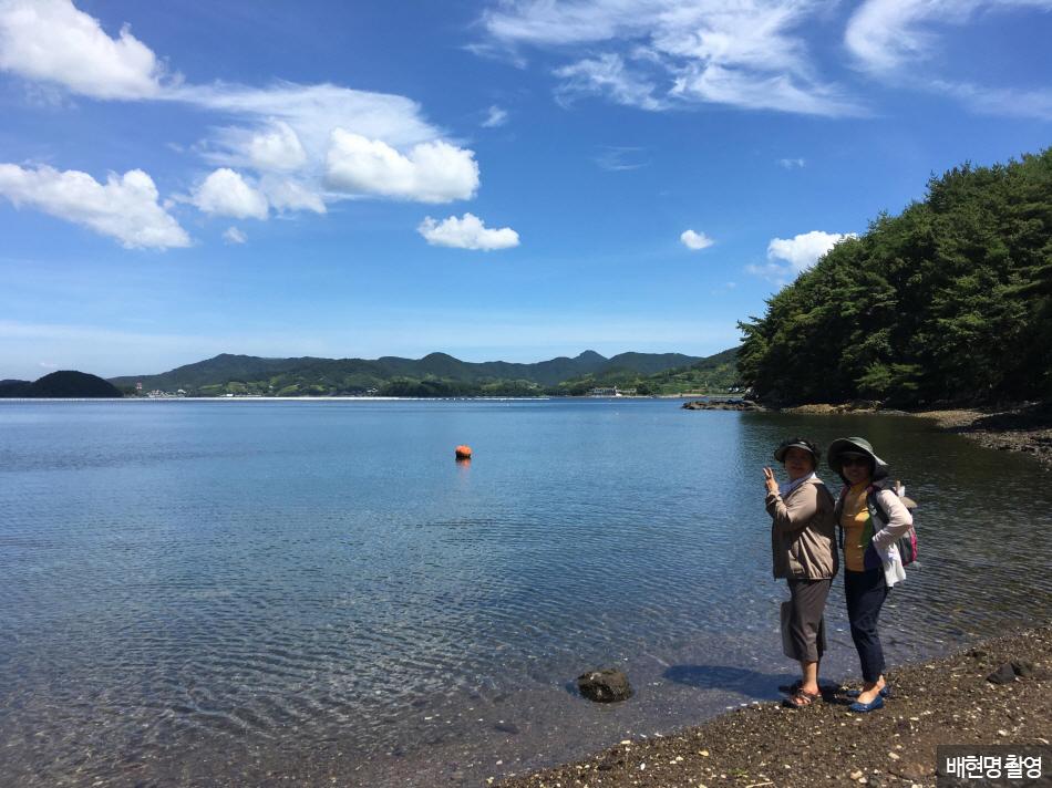 바다에 발 담근 엄마와 함께 '김치~!'