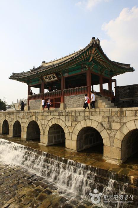 Hwahongmun Gate (화홍문)