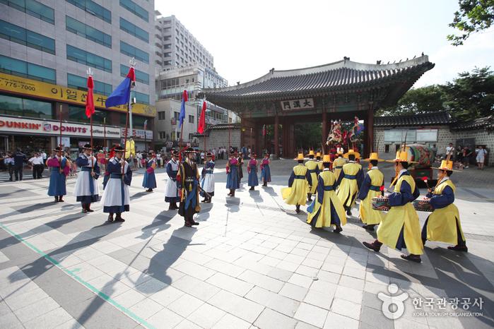 Deoksugung Palace's Daehanmun Gate (덕수궁 대한문)