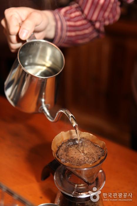 커피를 내리는 모습