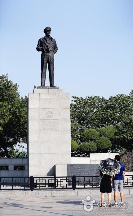 자유공원을 지키는 맥아더 장군 동상