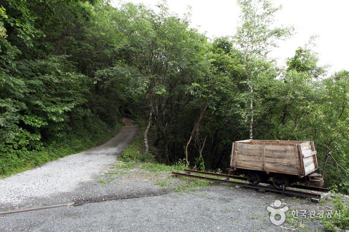 작고 짧은 철로와 철로 위 석탄운반 기구