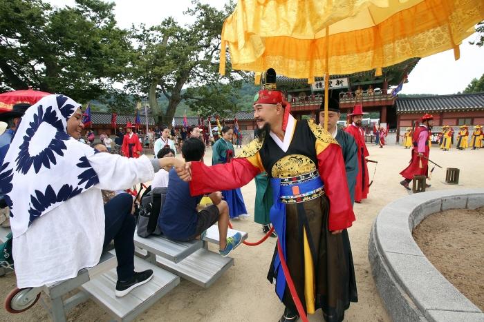 장용영 수위의식 진행 중 외국인 관광객과 악수를 나누는 정조