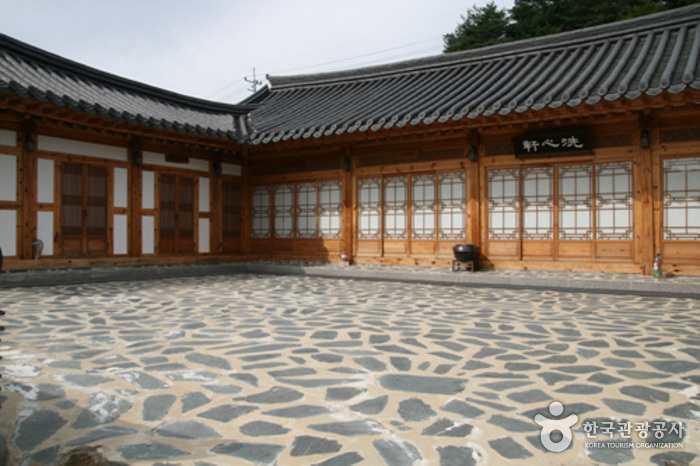 Korea Traditional Food Culture Experience Center (Jeonggangwon) (한국전통음식문화체험관(정강원))