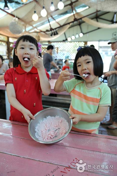 내 손으로 만든 아이스크림을 먹는 어린이 2명